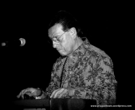 Alfredito Linares on piano.